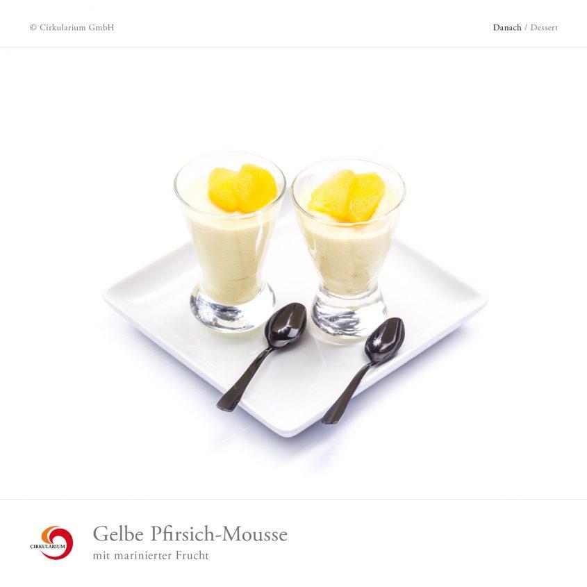 Gelbe Pfirsich-Mousse mit marinierter Frucht