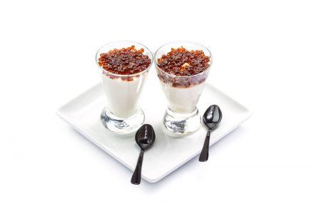 Weißes Kaffeemousse mit Espresso-Kaviar