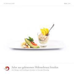 Salat aus gebratenen Hühnerbrust-Streifen mit Mango und knackigem Gemüse in Avocado-Dressing