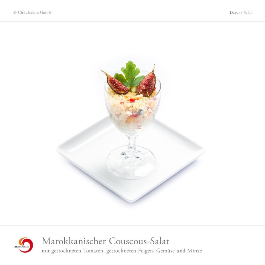 Marokkanischer Couscous-Salat mit getrockneten Tomaten, getrockneten Feigen, Gemüse und Minze
