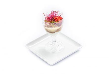 Würziger Pulled Beef Salat mit asiatischem Gemüse auf leichter Wasabi-Frischkäse-Creme