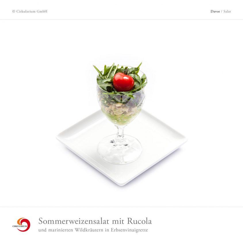 Sommerweizensalat mit Rucola und marinierten Wildkräutern in Erbsenvinaigrette