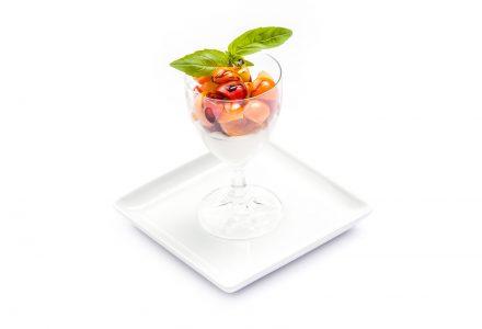 Bunte Cocktailtomaten auf Mozzarella-Panna-Cotta mit Balsamico-Glace und frischem Basilikum