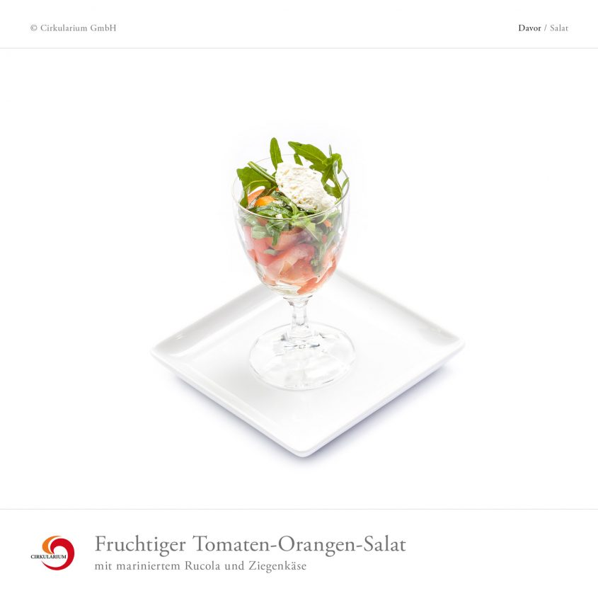 Fruchtiger Tomaten-Orangen-Salat mit mariniertem Rucola und Ziegenkäse