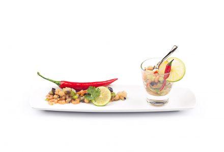 Kreolischer Salat mit Shrimps, Gemüse und Chili