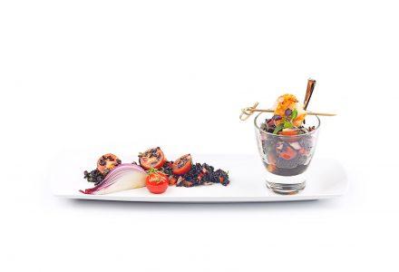 Schwarzer Reissalat mit Koriander, Chili, Tomaten und gebratenener Kokos-Garnele