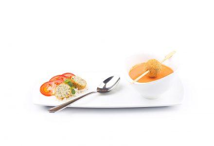 Tomatencremesuppe mit Basilikum-Reis-Bällchen