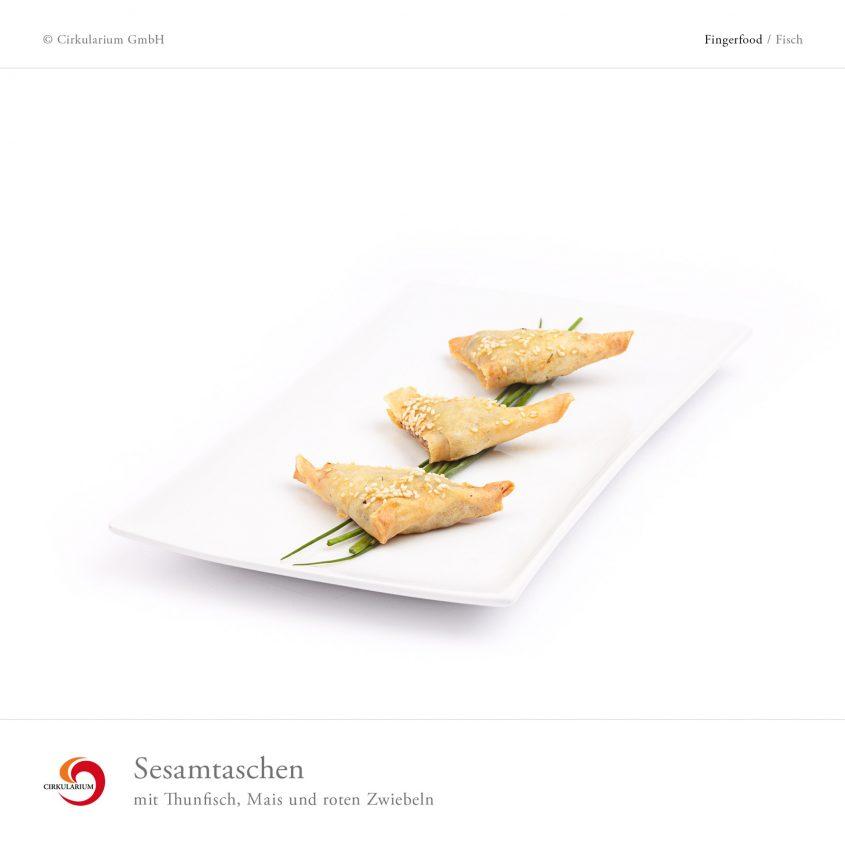 Sesamtaschen mit Thunfisch, Mais und roten Zwiebelm