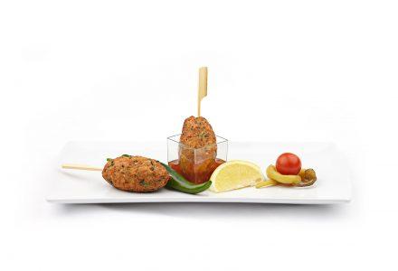 Limonenhuhn-Nockerl-Spieß mit Sweet-Chili-Dip