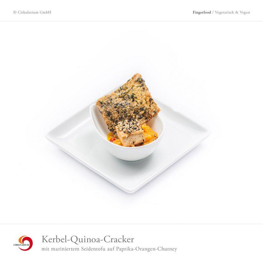 Kerbel-Quinoa-Kracker mit mariniertem Seidentofu auf Paprika-Orangen-Chutney