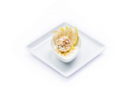 Gebackene Schafskäsepraline im Walnussmantel auf griechischem Joghurt und mariniertem grünen Apfel