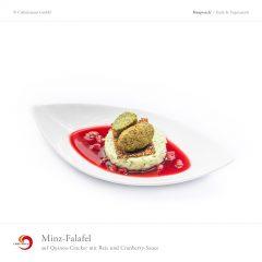 Minz-Falafel auf Quinoa-Cracker mit Reis und Cranberry-Sauce