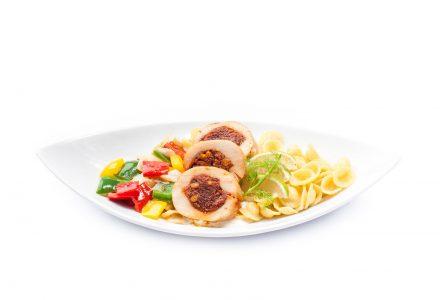 Hähnchenbrustrolle gefüllt mit Pecorino und getrockneten Tomaten auf sardischen Orechiette mit Paprika-Fenchel-Gemüse und Limetten-Ziegenkäse-Sauce