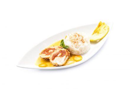 Hühnchen-Rolle im Sesammantel auf Apfel-Curry-Sauce dazu gerösteter Kokos-Reis