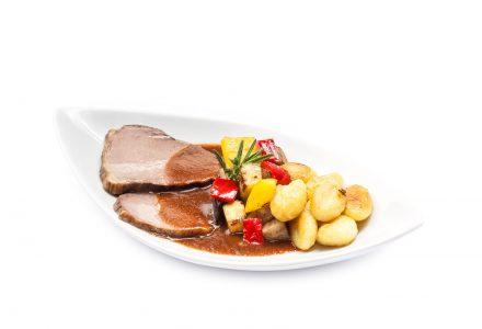 Rinderschmorbraten in Burgunder-Sauce mit gebratenen Gnocchi und buntem Grillgemüse