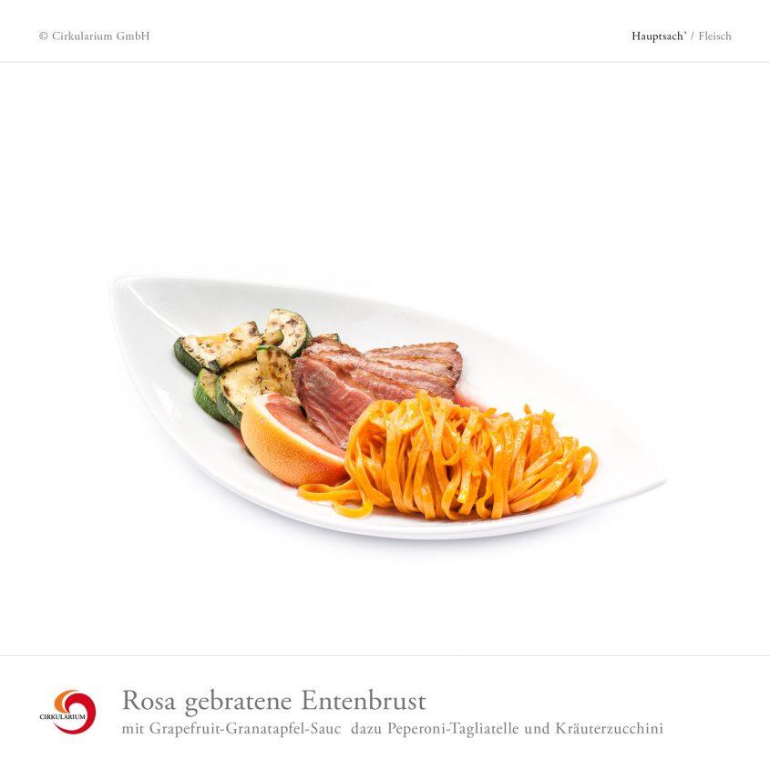 Rosa gebratene Entenbrust mit Grapefruit-Granatapfel-Sauce dazu Peperoni-Tagliatelle und Kräuterzucchini