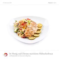 In Honig und Zitrone marinierte Hähnchenbrust auf Bandnudeln mit buntem Grillgemüse