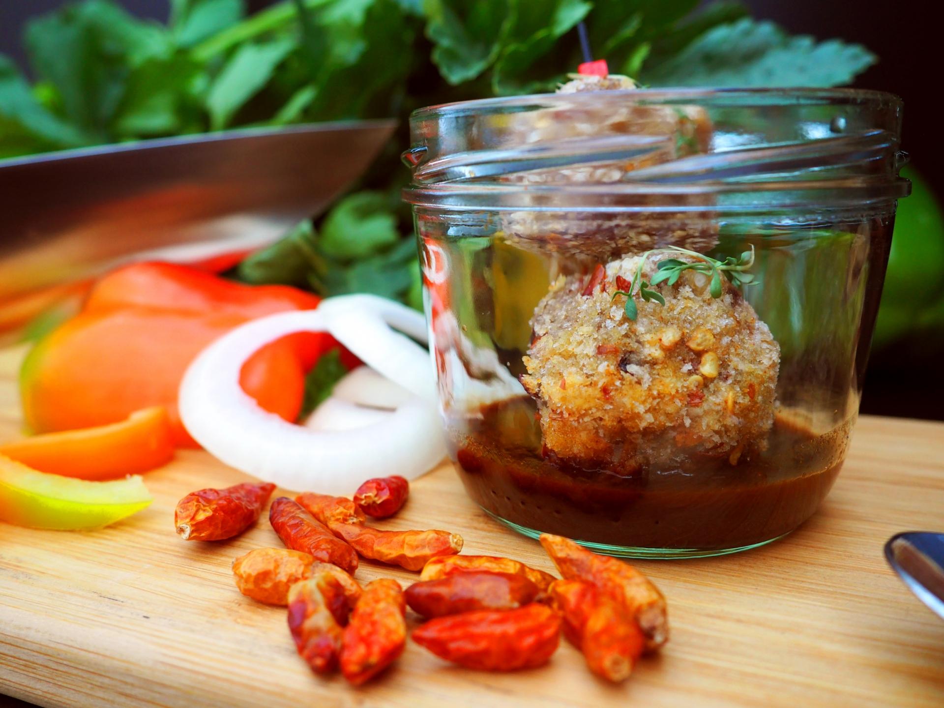 Feuriger-Chili-Baellchen-Spiess-auf-BBQ-Dip