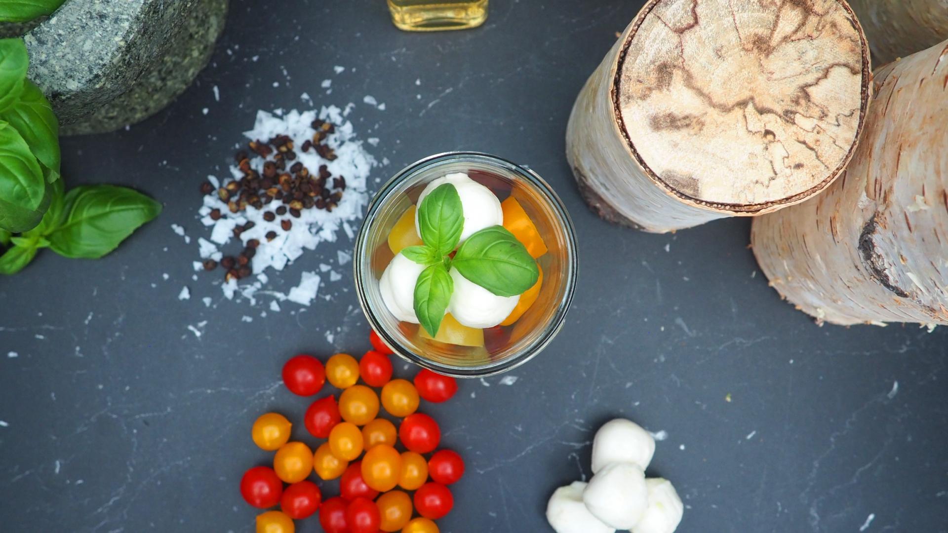 Geraeucherte-Mozzarellakuegelchen-auf-Kirschtomaten-in-Pesto-Vinaigrette