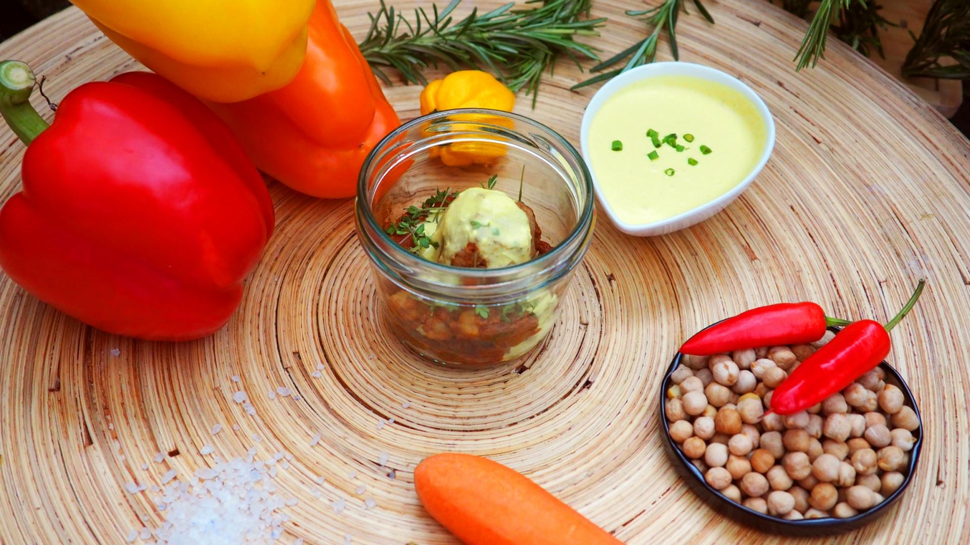 Haehnchen-Feigen-Baellchen-auf-Karotten-Kichererbsen-Tahijne