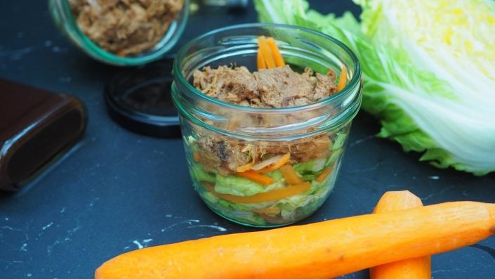 Pulled-Pork-auf-Chinakohl-Karotten-Chiffonade-mit-BBQ-Sauce